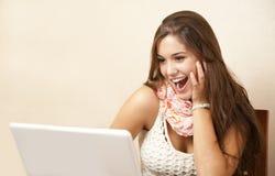 κορίτσι υπολογιστών η προσωπική όμορφη χρησιμοποίησή της Στοκ Εικόνα