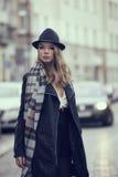 Κορίτσι φακίδων στο δρόμο στο χειμερινό ύφος Στοκ εικόνα με δικαίωμα ελεύθερης χρήσης