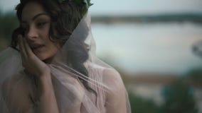 Κορίτσι φαντασίας που απολαμβάνει τον ασθενή άνεμο βραδιού στο lakeshore Μαγικές κινήσεις της αθώας νύμφης των wilds απόθεμα βίντεο