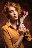 Κορίτσι φθινοπώρου με το μήλο στοκ εικόνες