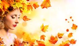 Κορίτσι φθινοπώρου - πρότυπη γυναίκα ομορφιάς με τα πορτοκαλιά φύλλα στοκ εικόνες