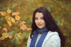 Κορίτσι φθινοπώρου στο πάρκο πόλεων υπαίθρια Στοκ Φωτογραφία
