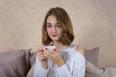 κορίτσι φλυτζανιών καφέ Στοκ φωτογραφία με δικαίωμα ελεύθερης χρήσης