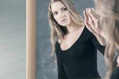 Κορίτσι φοβισμένο της αντανάκλασής της Στοκ Φωτογραφία