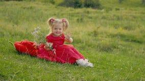 κορίτσι φορεμάτων λίγα κόκκινα φιλμ μικρού μήκους