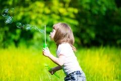 Κορίτσι, φυσαλίδες σαπουνιών, διασκέδαση Στοκ Φωτογραφία
