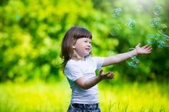 Κορίτσι, φυσαλίδες σαπουνιών, διασκέδαση Στοκ εικόνα με δικαίωμα ελεύθερης χρήσης