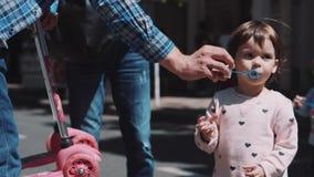 κορίτσι φυσαλίδων χτυπημάτων λίγο σαπούνι απόθεμα βίντεο