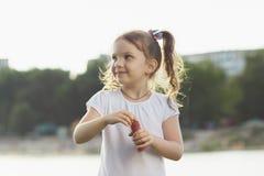 κορίτσι φυσαλίδων χτυπημάτων λίγο σαπούνι Στοκ Φωτογραφίες