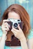 κορίτσι φωτογραφικών μηχανών αναδρομικό Στοκ Φωτογραφία