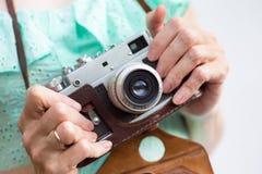 κορίτσι φωτογραφικών μηχανών αναδρομικό Στοκ Φωτογραφίες