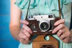 κορίτσι φωτογραφικών μηχανών αναδρομικό Στοκ εικόνα με δικαίωμα ελεύθερης χρήσης