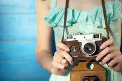 κορίτσι φωτογραφικών μηχανών αναδρομικό Στοκ φωτογραφίες με δικαίωμα ελεύθερης χρήσης