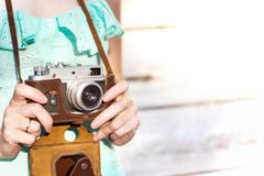 κορίτσι φωτογραφικών μηχανών αναδρομικό Στοκ εικόνες με δικαίωμα ελεύθερης χρήσης