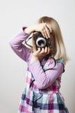 κορίτσι φωτογραφικών μηχανών λίγα Στοκ φωτογραφία με δικαίωμα ελεύθερης χρήσης