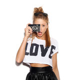 κορίτσι φωτογραφικών μηχανών που κάνει πέρα από τον όμορφο επαγγελματία φωτογραφιών που χρησιμοποιεί το λευκό Στοκ φωτογραφίες με δικαίωμα ελεύθερης χρήσης