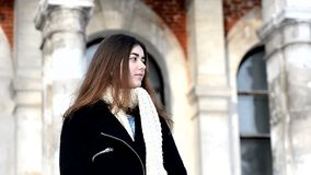 κορίτσι φωτογραφικών μηχ&alpha Η μακριά σκοτεινή τρίχα, μαντίλι, άσπρος κοντόχοντρος πλέκει απόθεμα βίντεο