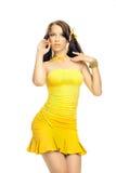 Κορίτσι φύλων σε ένα κίτρινο φόρεμα Στοκ Εικόνες