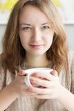 κορίτσι φλυτζανιών που κ&rh Στοκ Φωτογραφίες