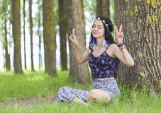 Κορίτσι χίπηδων που ονειρεύεται για την ειρήνη στοκ φωτογραφία