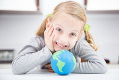 Κορίτσι χαμόγελου με τη γήινη σφαίρα Στοκ φωτογραφίες με δικαίωμα ελεύθερης χρήσης