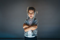 Κορίτσι χαμόγελου στην κουκούλα στο γκρίζο υπόβαθρο Στοκ Εικόνα