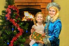 Κορίτσι χιονιού και ένα κορίτσι ευτυχές Ηλικία 5 έτη Στοκ φωτογραφίες με δικαίωμα ελεύθερης χρήσης