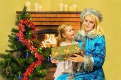 Κορίτσι χιονιού και ένα κορίτσι Ηλικία 5 έτη Στοκ φωτογραφία με δικαίωμα ελεύθερης χρήσης