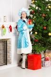 Κορίτσι χιονιού κοντά στο έλατο Χριστουγέννων στοκ φωτογραφία με δικαίωμα ελεύθερης χρήσης