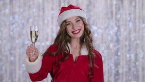 Κορίτσι χιονιού με ένα ποτήρι της σαμπάνιας στα χαμόγελα χεριών της σημειώσεις μουσικής ανασκόπησης bokeh θεματικές κίνηση αργή φιλμ μικρού μήκους