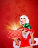 Κορίτσι χιονιού με ένα δώρο Χριστουγέννων με μαγικό να λάμψει Στοκ φωτογραφία με δικαίωμα ελεύθερης χρήσης