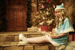 Κορίτσι χιονιού στο κατώφλι του σπιτιού που διακοσμείται στο ύφος Χριστουγέννων Στοκ Εικόνα