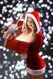 Κορίτσι χιονιού στο κόκκινο κοστούμι που κρατά ένα δώρο για το νέο έτος 2018.2019 Στοκ Φωτογραφίες