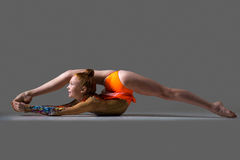 Κορίτσι χορευτών που κάνει backbend την ακροβατική άσκηση Στοκ Φωτογραφία