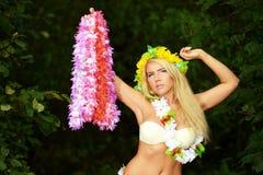 Κορίτσι χορευτών της Χαβάης hula Beautyful που χορεύει στην παραλία στοκ εικόνες με δικαίωμα ελεύθερης χρήσης