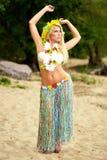 Κορίτσι χορευτών της Χαβάης hula Beautyful που χορεύει στην παραλία Στοκ Φωτογραφία
