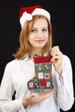 Κορίτσι Χριστουγέννων με τη γυναικεία κάλτσα Χριστουγέννων Στοκ εικόνα με δικαίωμα ελεύθερης χρήσης