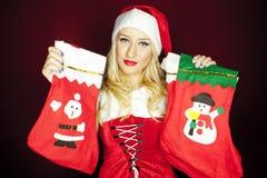 Κορίτσι Χριστουγέννων με τις γυναικείες κάλτσες Χριστουγέννων Στοκ φωτογραφία με δικαίωμα ελεύθερης χρήσης