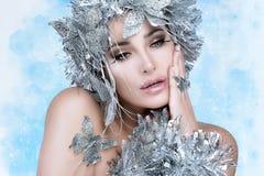 Κορίτσι Χριστουγέννων ομορφιάς με τον ασημένιο στιλίστα. Χειμερινή βασίλισσα στοκ φωτογραφίες με δικαίωμα ελεύθερης χρήσης