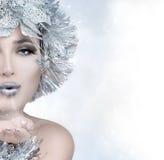 Κορίτσι Χριστουγέννων ομορφιάς που στέλνει ένα φιλί Στοκ Φωτογραφίες