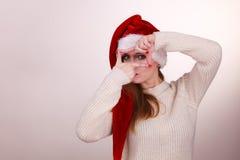 Κορίτσι Χριστουγέννων που κάνει τη χειρονομία πλαισίων δάχτυλων Στοκ Φωτογραφία