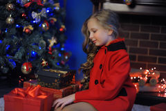 Κορίτσι Χριστουγέννων σε ένα κόκκινο παλτό Στοκ Φωτογραφία