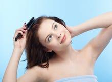 κορίτσι χτενών στοκ φωτογραφίες με δικαίωμα ελεύθερης χρήσης
