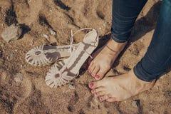 Κορίτσι χωρίς παπούτσια στα τζιν στην άμμο με ξυπόλυτο στοκ φωτογραφία με δικαίωμα ελεύθερης χρήσης