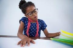 Κορίτσι ως επιχειρηματία που εξετάζει τα αρχεία Στοκ Εικόνα