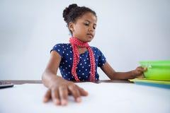Κορίτσι ως επιχειρηματία που εργάζεται στο γραφείο Στοκ Εικόνες
