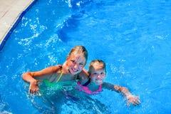 Κορίτσι δύο το συμπαθητικό παιδιών κολυμπά στην πισίνα Στοκ φωτογραφία με δικαίωμα ελεύθερης χρήσης