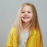 Κορίτσι ύφους Fashon με το μακροχρόνιο ξανθό πορτρέτο τρίχας γκρίζος Στοκ Εικόνες