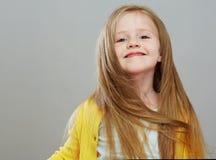 Κορίτσι ύφους Fashon με το μακροχρόνιο ξανθό πορτρέτο τρίχας Απομονωμένος γκρίζος Στοκ Εικόνες