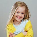 Κορίτσι ύφους Fashon με το μακροχρόνιο ξανθό πορτρέτο τρίχας Απομονωμένος γκρίζος Στοκ εικόνες με δικαίωμα ελεύθερης χρήσης